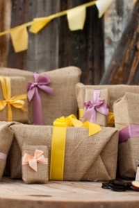 southern-weddings-burlap-wrapped-gifts