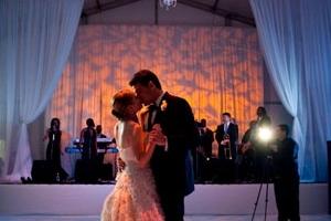 hudozhestvennyj-svet-v-oformlenii-svadby-27