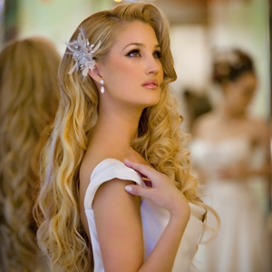 hairstyles-ruzz-photography-silver-flower-clip-curls-long2