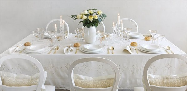 white-winter-wedding-table-600x294