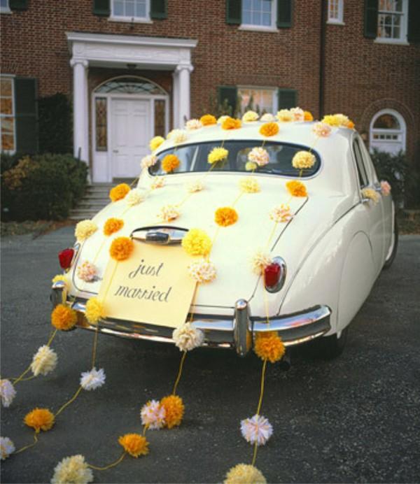 украшение свадебного автомобиля помпонами из бумаги