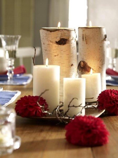 zimnaya-svadba-belie-svechi-s-krasnimi-tsvetami -beresta