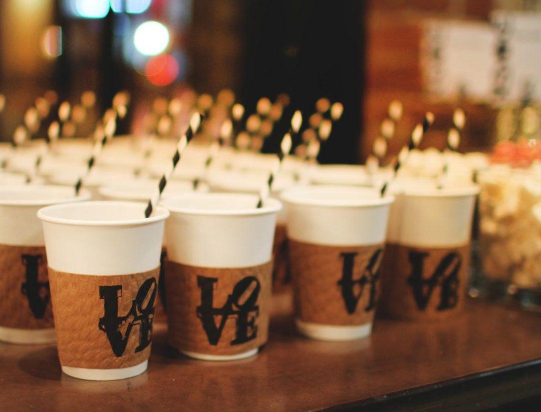 kofeyniy-bar-na-svadbu-03-stakanchiki-s-logotipom-na-stoyke